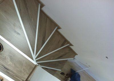 Επένδυση σκάλας με laminate σε εξοχική κατοικία στη Φούρκα Χαλκηδικής (2)