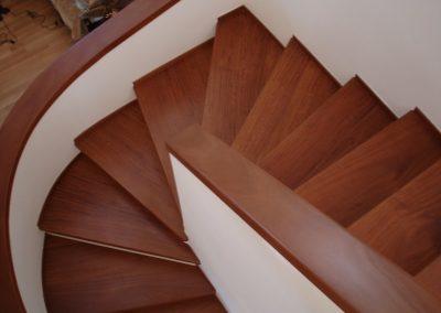 Μασίφ ξύλινη σκάλα απο ξύλο δρύς βαμένη σε χρώμα κερασία