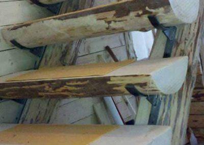 Ξυλινη σκάλα απο κορμό λέυκας σε εξοχική κατηκεία στη Κρυοπηγή Χαλκηδικής