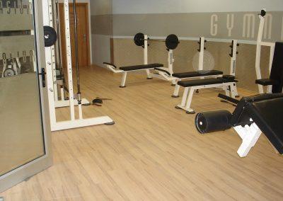 Συνθετικό ξύλινο πάτωμα laminate στο γημναστήριο GYMNASIUM