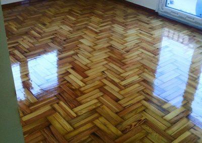 ξύλινο πάτωμα τύπου δρύς τοποθετημένο σε σχέδιο ψαροκκόκαλο